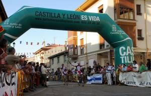 Fernando Grijalba (izquierda) y Efrén Carazo (derecha) cruzan la línea de meta en la pasada edición. Foto: Wifredo Román