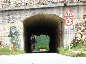 Saliendo del pequeño túnel de la presa de Compuerto se encara el tramo final descendente hacia Guardo.
